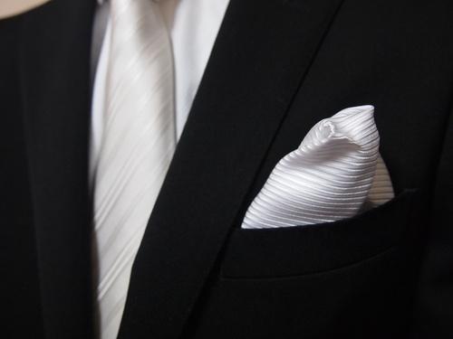 734523cc295 礼服は、冠婚葬祭全般に着用するフォーマルウエアです。格式により、正礼服、準礼服、略礼服、平服に区分されています。着用シーンとしては「慶事のシーン」と「弔事の  ...