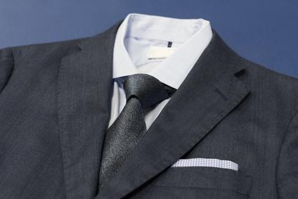 8264e14f37dfa 参列者がみんな同じような装いなら、シャツやネクタイで個性を出したいと思う人もいるでしょう。しかし、ブラックフォーマルなら、シャツは白の無地を選ん でください。
