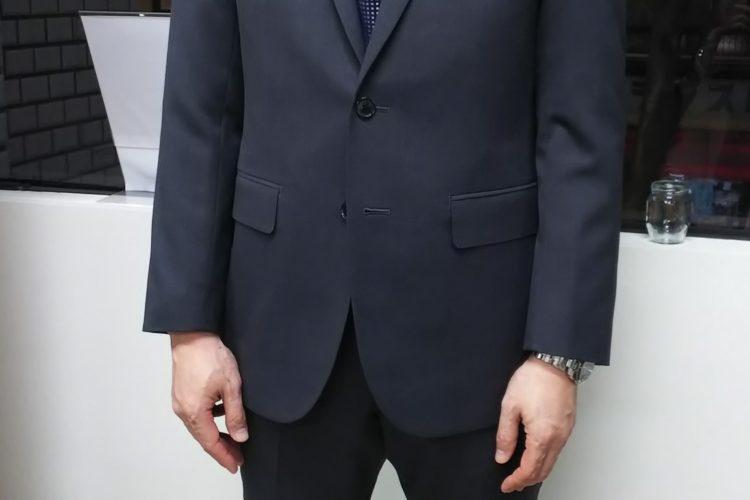 機能性重視のモノトーン・スーツ