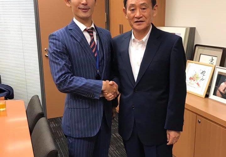 最近で最大のサプライズ!官房長官時代の菅義偉先生にお仕立てしたことがあり、その際、弊社オーダースーツ姿で私とのツーショットを頂いておりました!