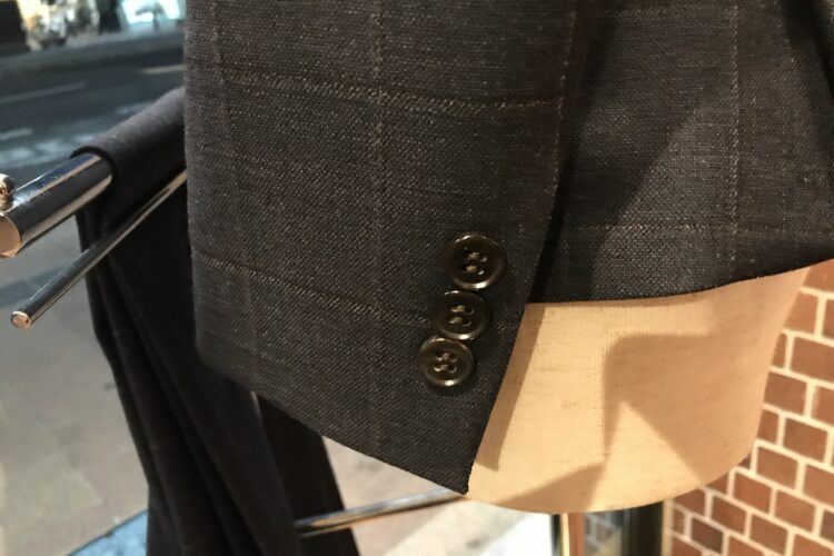 レディーススーツの袖釦の数